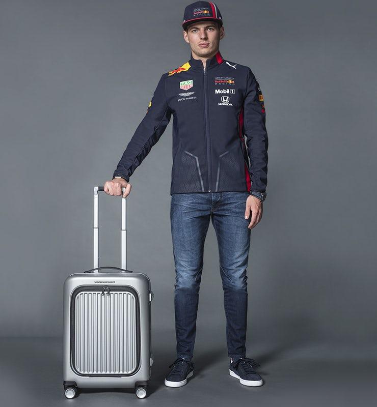 Max Verstappen, pilota di formula uno nel Team Aston Martin Red Bull Racing, che indossa uno zaino Piquadro