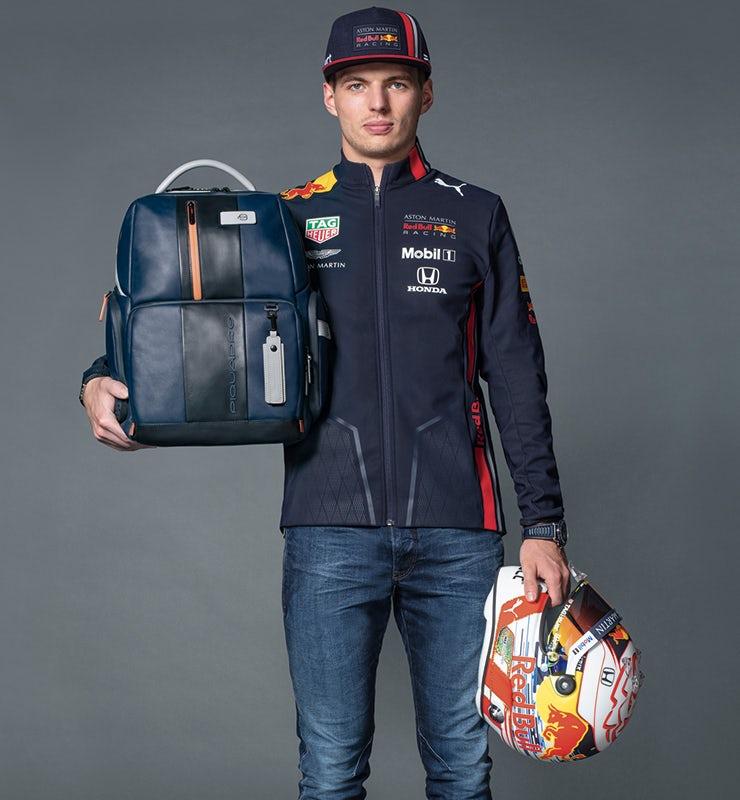 Max Verstappen, pilota di formula 1 nel Team Aston Martin Red Bull Racing, che indossa uno zaino Piquadro